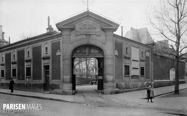 Entrée principale de la maternité de l'hôpital de Port-Royal, boulevard de Port-Royal (XIVème arr.), vers 1915.